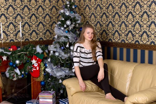 Девушка рядом с рождественской елкой