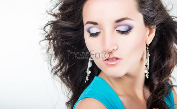 Фотография на тему Прекрасная молодая женщина с темными волосами и дневным макияжем
