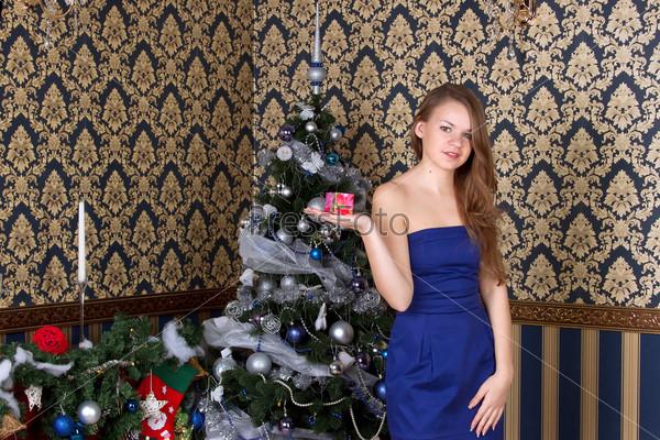 Фотография на тему Портрет женщины с рождественским подарком