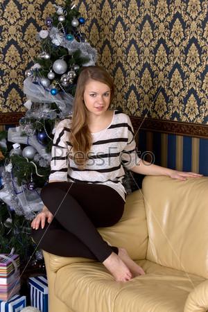 Фотография на тему Девушка рядом с рождественской елкой