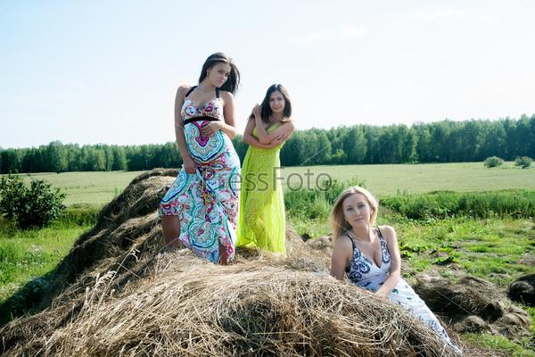 Молодые красивые женщины на сене
