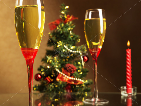 Шампанское, рождественская елка и свечи