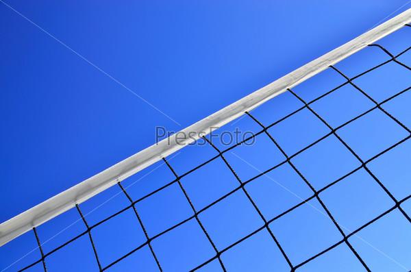 Фотография на тему Волейбольная сетка крупным планом на фоне голубого неба