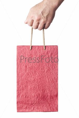 Рука с красным пакетом, изолированная на белом фоне
