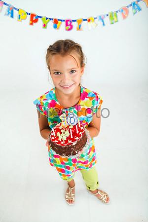 Девочка с тортом на день рождения