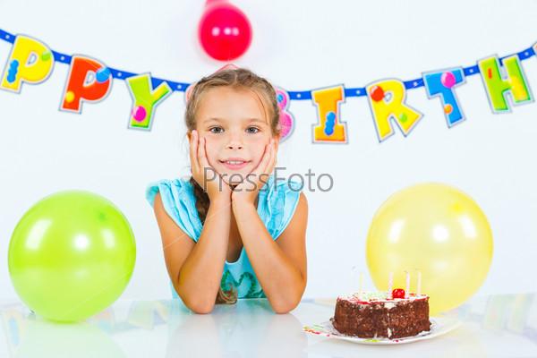 Фотография на тему Девочка с именинным тортом