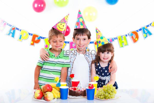 Дети с именинным тортом