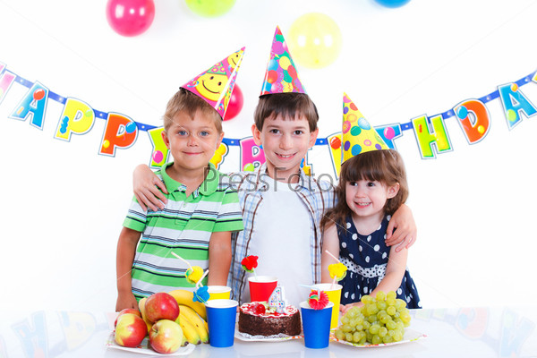 Фотография на тему Дети с именинным тортом