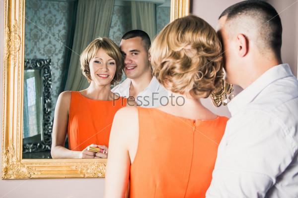 Фотография на тему Молодая семейная пара готовится к вечеру в апартаментах