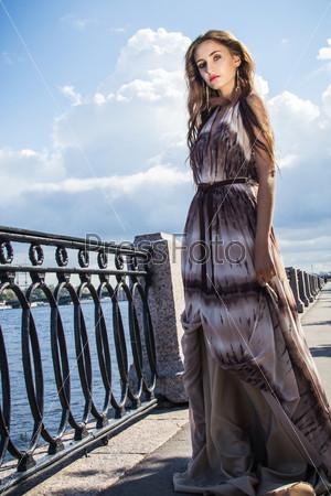 Фотография на тему Красивая девушка в длинном летящем платье на набережной
