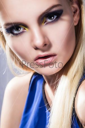 Портрет юной девушки с идеальной кожей и ярким макияжем