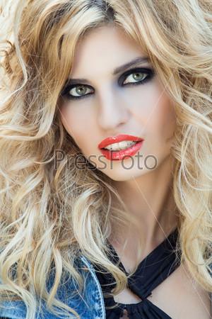 Портрет сексуальной роковой молодой женщины с вечерним макияжем