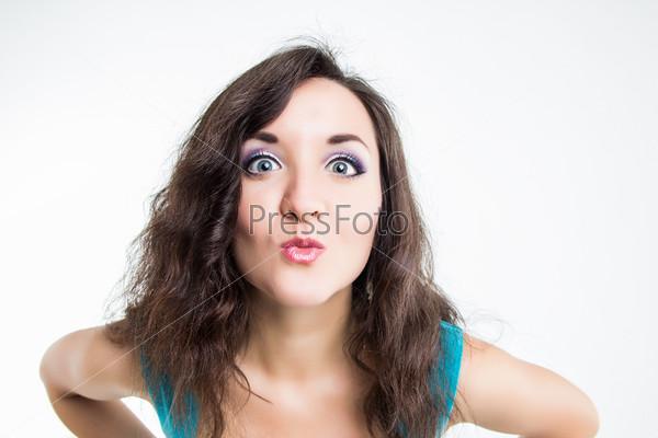 Портрет эмоциональной молодой девушки на белом фоне