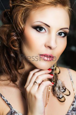 Портрет прекрасной молодой женщины с вечерним макияжем и прической
