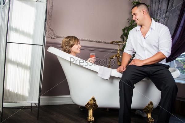 Молодая семья принимает ванну в апартаментах