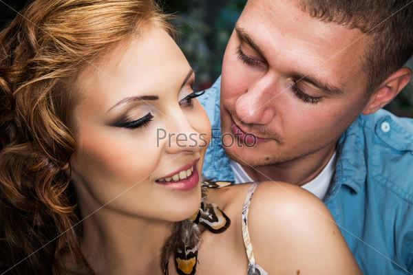 Портрет молодой красивой семейной пары