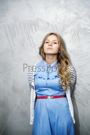 Женщина в платье, мечтающая о будущих событиях
