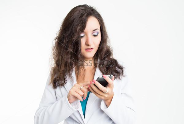 Молодая бизнес-леди в белом пиджаке с мобильным телефоном