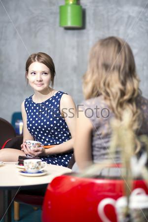 Фотография на тему Женщины ведут диалог и пьют горячий кофе