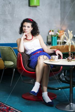 Фотография на тему Задумчивая женщина на стуле в кафе