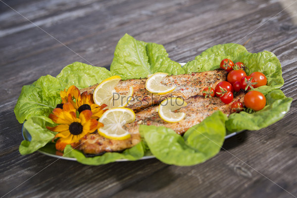 Фотография на тему Запеченные ломтики рыбы с помидорами и салатом