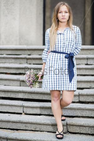 Женщина в платье на лестнице