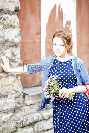 Фотография на тему Женщина в платье держит букет цветов