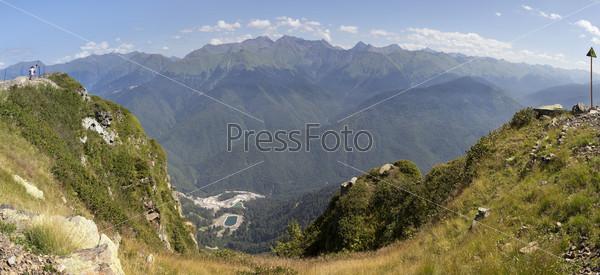 Вид Кавказского хребта. Летняя панорама поселка Красная Поляна