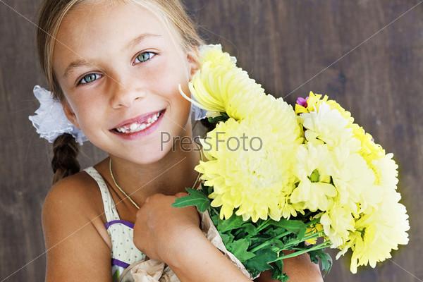 Фотография на тему Ребенок держит цветы