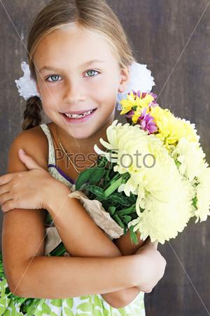 Ребенок держит цветы