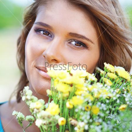 Фотография на тему Девушка держит букет цветов