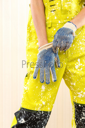 Женщина-строитель в комбинезоне и защитных перчатках