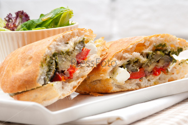 Фотография на тему Сэндвич с хлебо чиабатта и сыром фета