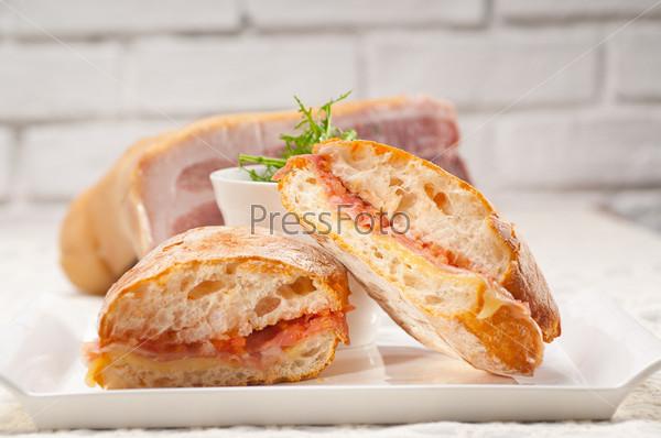 Фотография на тему Сэндвич с пармской ветчиной и томатами