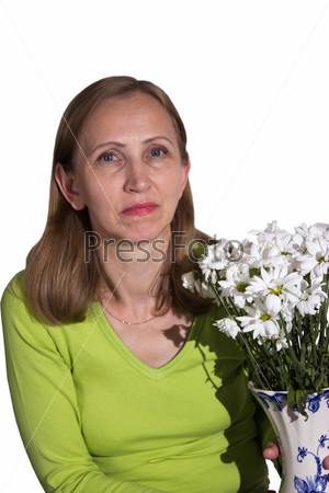 Женщина держит в руках вазу с цветами, изолировано
