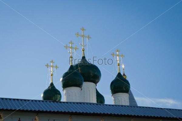 Золотые кресты на куполах Никитского монастыря в Пепеславле-Залесском