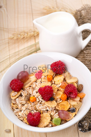 Мюсли с кусочками фруктов и ягод