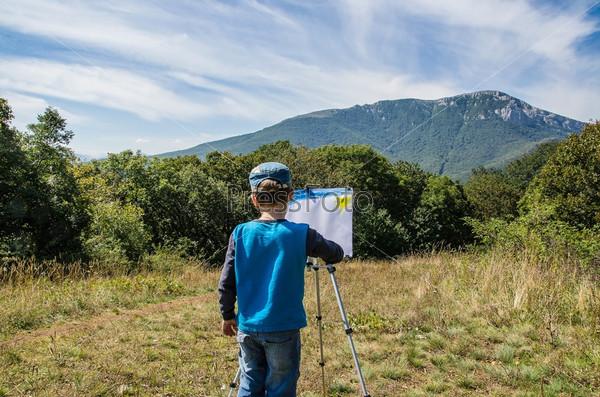 Фотография на тему Мальчик рисует картину