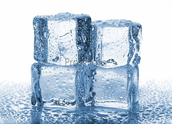 Четыре таящих кубика льда