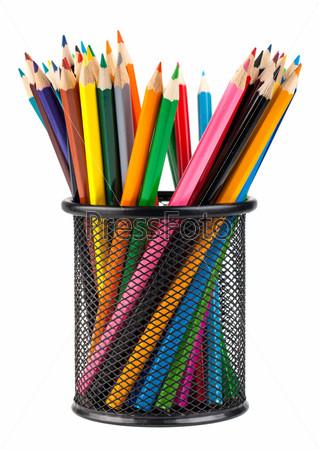 Различные цветные карандаши в черном металлическом контейнере