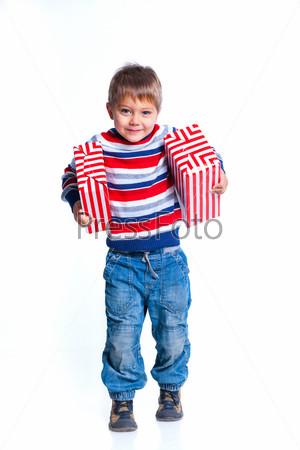 Маленький мальчик с подарочной коробкой