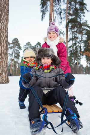 Фотография на тему Дети на санках на снегу