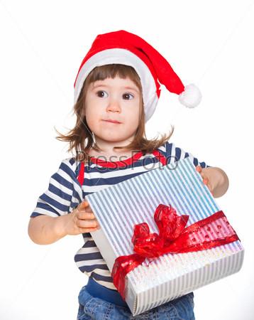 Девочка в шапке Санта-Клауса с подарком