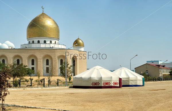 Юрты рядом с мечетью