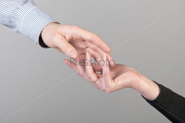 Женская рука в мужской руке