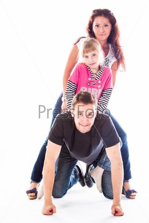 Счастливая семья из родителей и маленьких детей