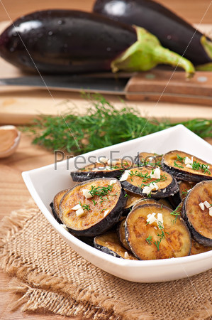 Жареные баклажаны с чесноком и укропом