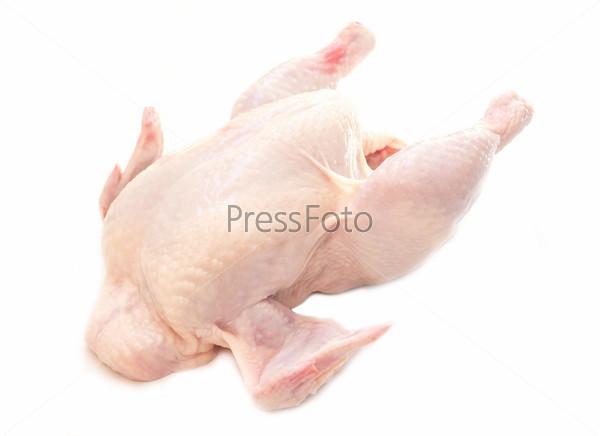 Сырая куриная тушка на белом фоне