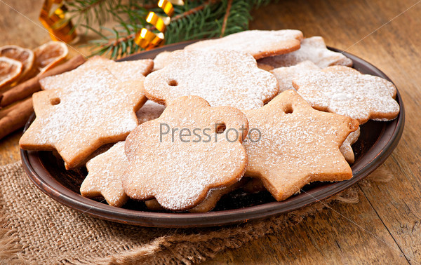 Домашнее рождественское печенье с сахарной пудрой