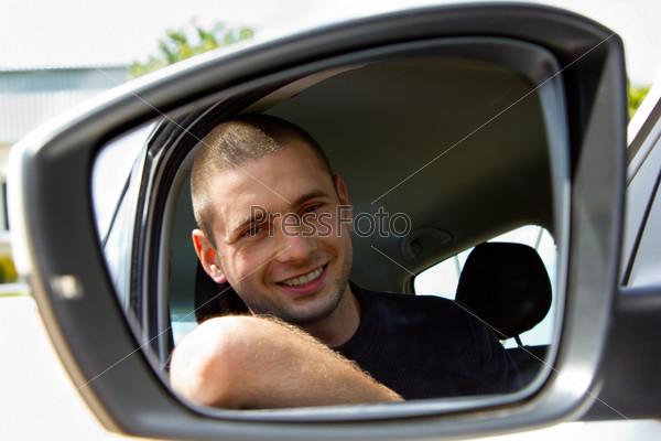Улыбающийся водитель